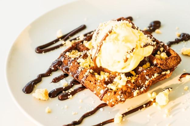 甘いデザートチョコレートワッフル、アイスクリーム入り 無料写真