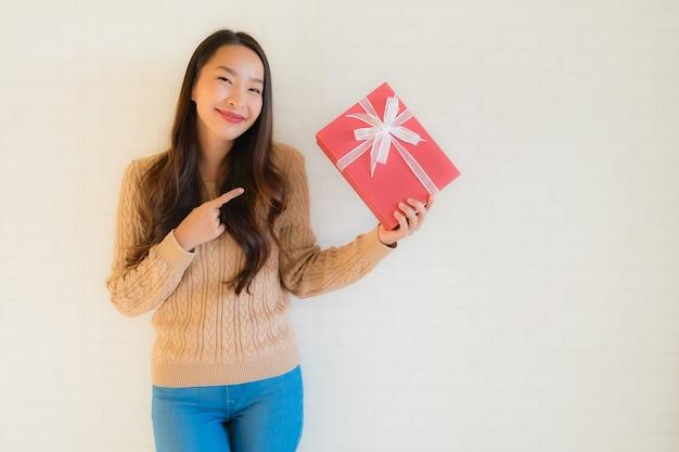肖像画美しい若いアジア女性の幸せな笑顔ギフトボックス 無料写真