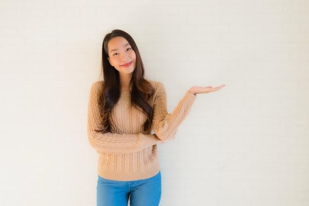 Улыбка женщины портрета красивая молодая азиатская счастливая в много действие Бесплатные Фотографии