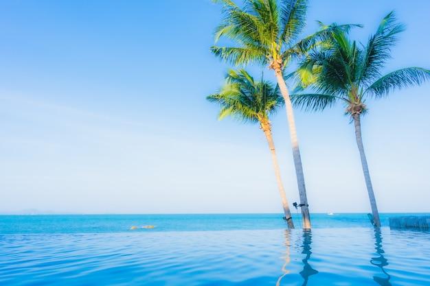 ホテルリゾートの屋外スイミングプールの美しい風景 無料写真
