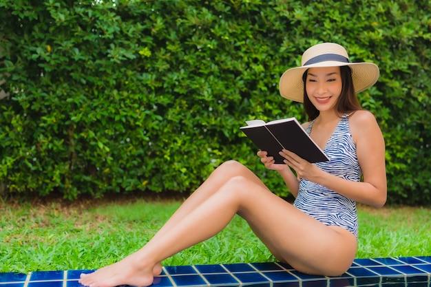 スイミングプールで本を読む女性 無料写真