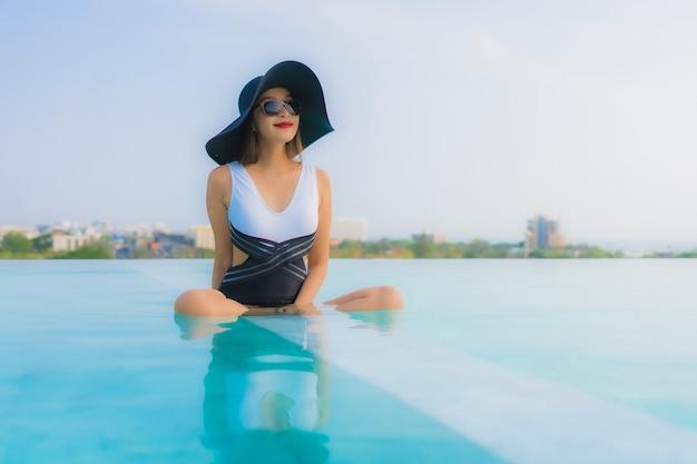 スイミングプールでリラックスしたアジアの女性 無料写真