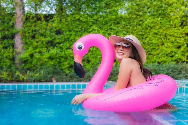 Портрет молодой азиатской женщины расслабляющий в бассейне Бесплатные Фотографии
