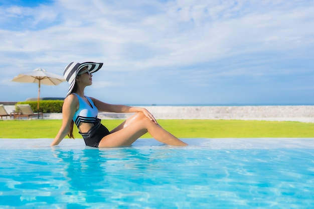 スイミングプールで若い女性 無料写真