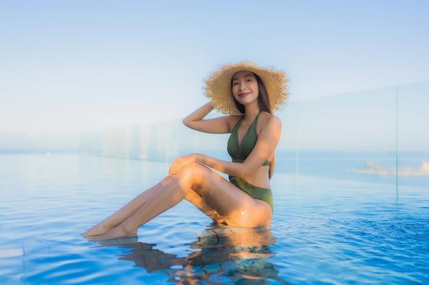 Молодая женщина в бассейне Бесплатные Фотографии