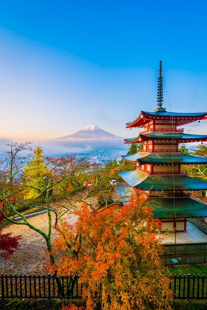 Красивый пейзаж горы фудзи с пагодой чуреито вокруг кленового листа в осенний сезон Бесплатные Фотографии