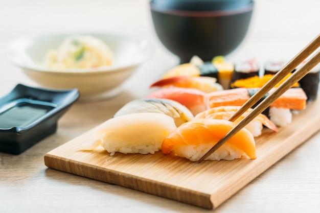 Креветки с лососем и тунцом и суши маки Бесплатные Фотографии