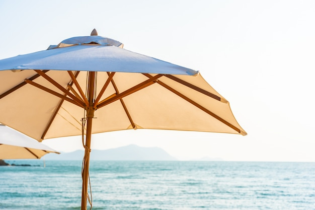 椅子の傘と空の美しいビーチ海海のラウンジ 無料写真