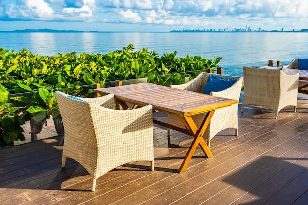 Пустой стол и стул для столовой сервиз почти море, океан, пляж на белом облаке голубое небо Бесплатные Фотографии