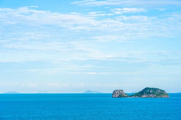 Красивый открытый морской пейзаж с островом Бесплатные Фотографии