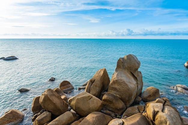 Красивый тропический пляж с камнями Бесплатные Фотографии