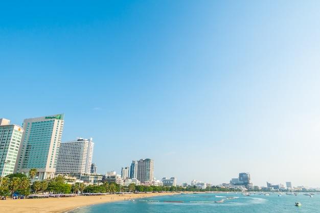 Красивый тропический пляж со зданиями Бесплатные Фотографии