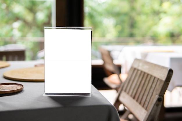 カフェやレストランでのメニューオブジェクトのモックアップ Premium写真