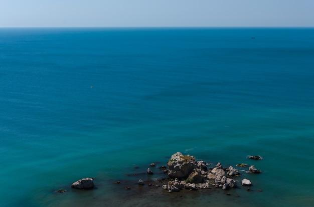 海の美しいパノラマの景色。 Premium写真