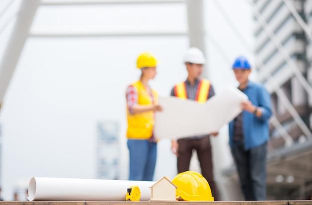 ハウス、家、紙プラン、およびバックグラウンドを持つ他のエンジニアツール Premium写真