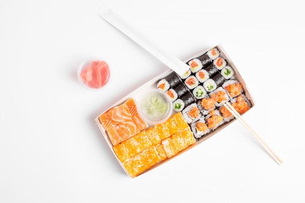 寿司盛り合わせ白背景 Premium写真