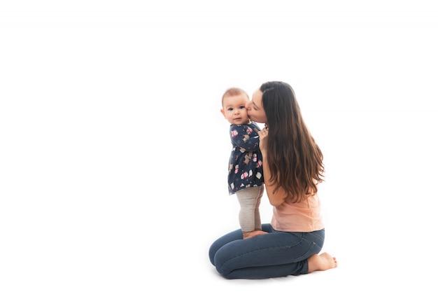 母親と赤ちゃんが一緒に白い背景で隔離の接着 Premium写真