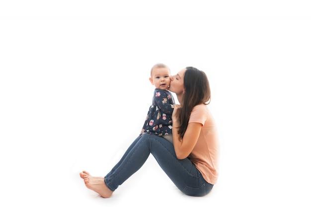 Мать и ребенок, склеивание вместе на белом фоне Premium Фотографии