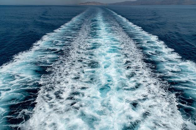 波海トレース青い海の新鮮な水。深海水面のトレイルバブルの泡立ち。 Premium写真