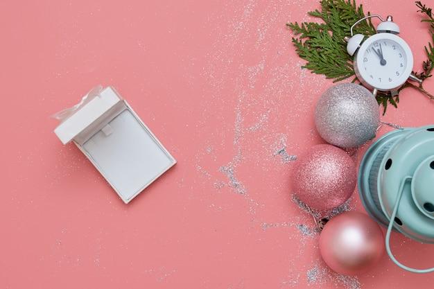 ピンクとシルバーの装飾と時計を備えたピンクのトップビューフラットレイ Premium写真