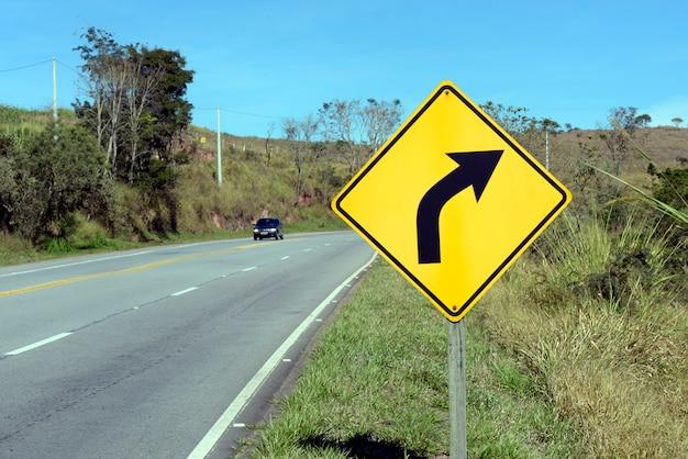 Правая кривая дорожный знак Premium Фотографии