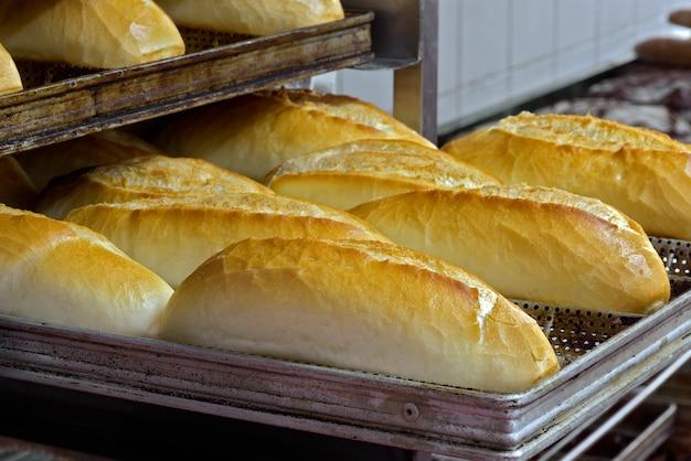 フランスパンの棚 Premium写真