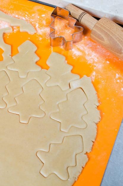 クッキーとクリスマスのジンジャーブレッドを作るプロセス。 Premium写真