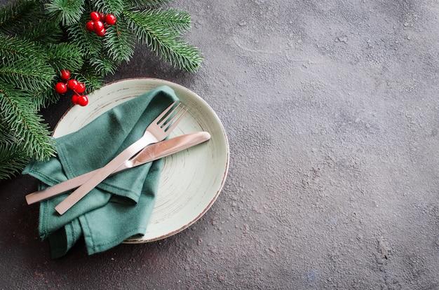 クリスマスまたは新年のディナーのお祝いテーブルの設定 Premium写真