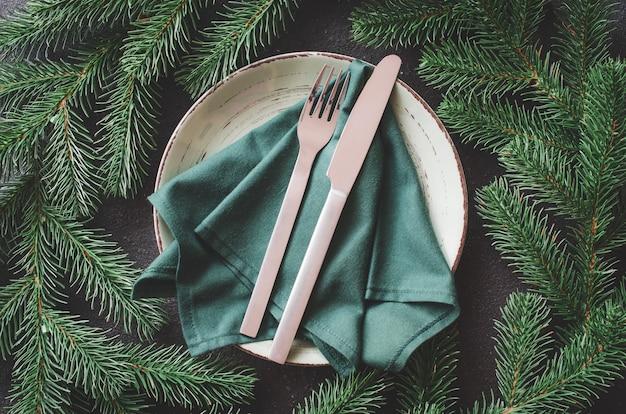 Рождественская праздничная сервировка в деревенском стиле Premium Фотографии