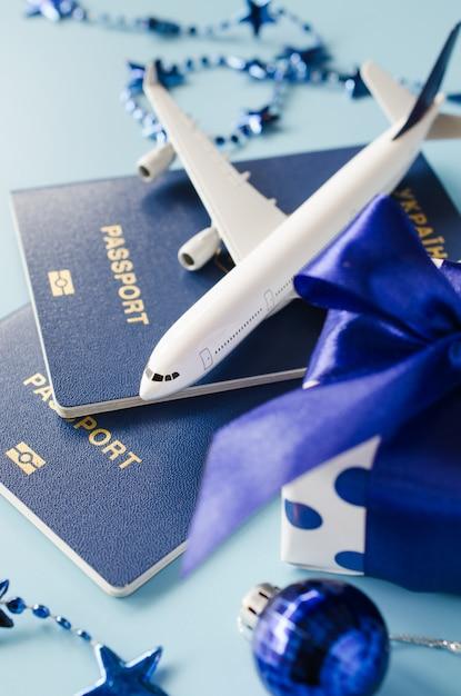 ギフトとして旅行。旅客機、パスポート、ギフトボックスのモデル。 Premium写真