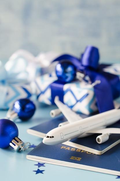 Игрушечный самолет с паспортами и подарочными коробками. Premium Фотографии