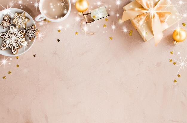Новогодний фон с подарочной коробке, какао и пряники. Premium Фотографии