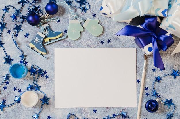 クリスマスは、グリーティングカードや青い色のサンタさんへの手紙のモックアップを作成します。 Premium写真