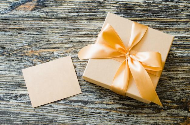 弓リボンと空白タグのギフトクラフト紙箱。 Premium写真