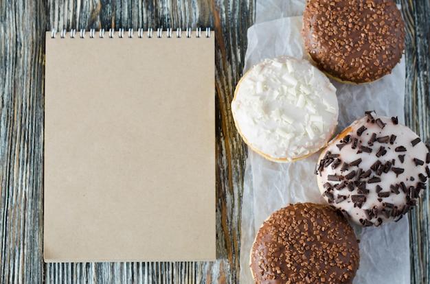 ノートとチョコレートの盛り合わせドーナツ Premium写真