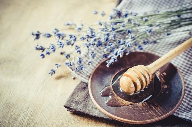 Органический мед на деревянный стол. Premium Фотографии