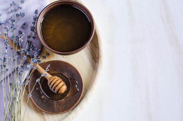 Органический мед и лаванда на деревянный стол. Premium Фотографии