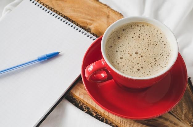 ノートと朝食のための朝食。 Premium写真