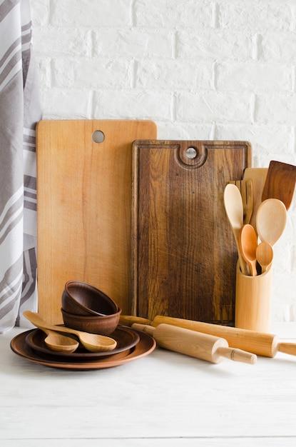 台所の内部の陶板、木またはタケ刃物、まな板およびタオル。 Premium写真