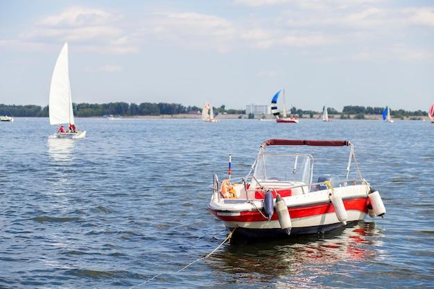 Моторная лодка пришвартовалась к берегу, недалеко от города волгоград Premium Фотографии