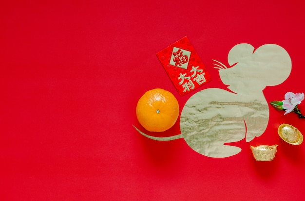 Китайское украшение фестиваля нового года на красной предпосылке которая отрезала в форме крысы положенной на бумагу золота. Premium Фотографии