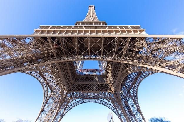 パリのエッフェル塔、ラトゥールエッフェルと青い空の素晴らしい景色。 Premium写真