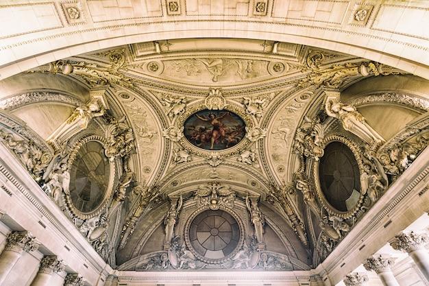 ルーブル宮殿の美しい建物とパリ、フランス Premium写真