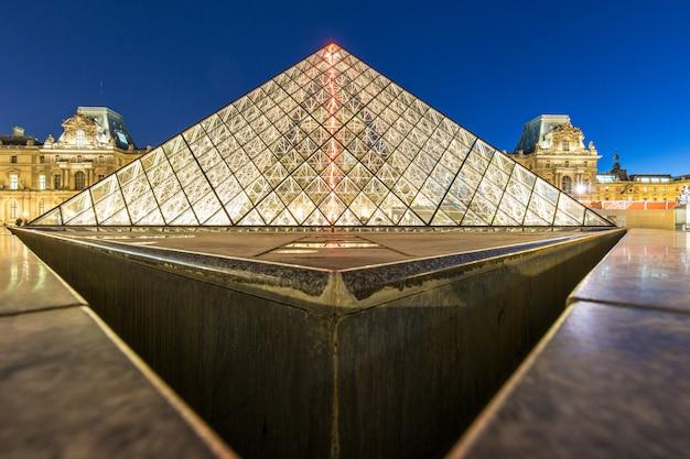 夜、パリ、フランスのルーブル美術館ピラミッド Premium写真