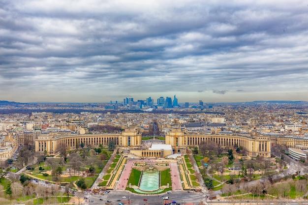 エッフェル塔の上からのパリの街並みの眺め Premium写真