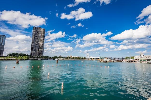 晴れた日のシカゴ川 Premium写真