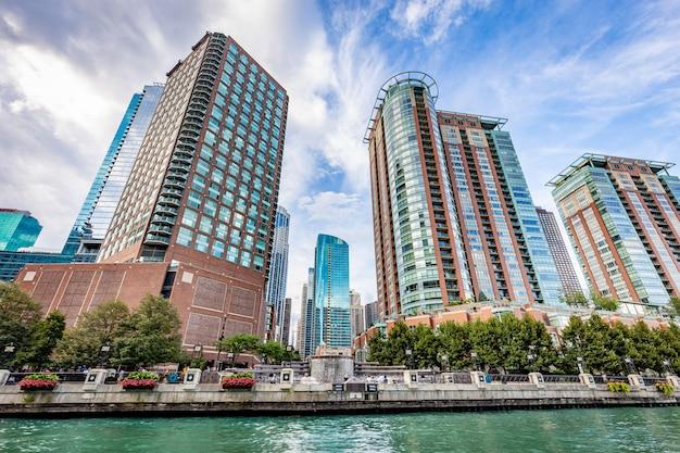 晴れた日にシカゴ川からシカゴシティービュー Premium写真