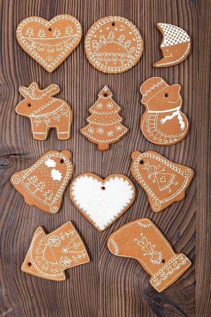 木製の背景にホーム焼きと装飾されたジンジャーブレッド。クリスマスジンジャーブレッド。 Premium写真