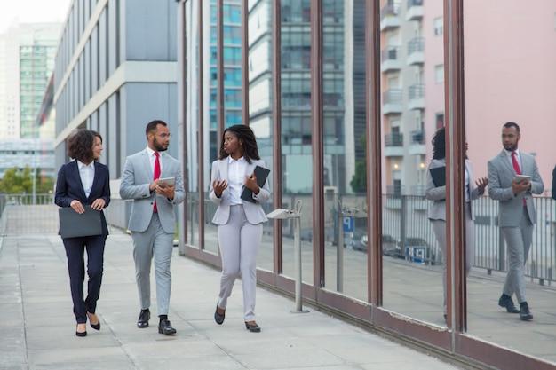 路上でプロの多民族ビジネスチーム 無料写真