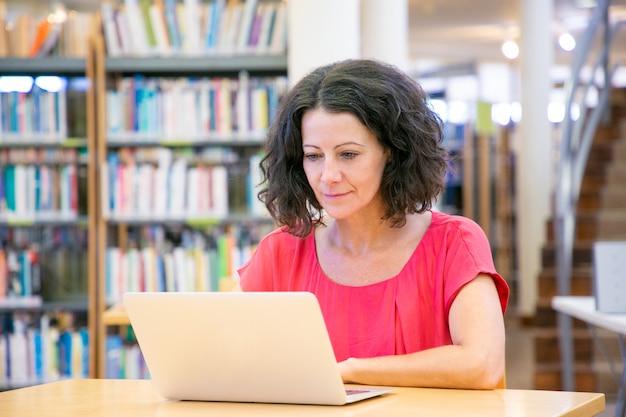 Серьезный взволнованная женщина работает на компьютере Бесплатные Фотографии